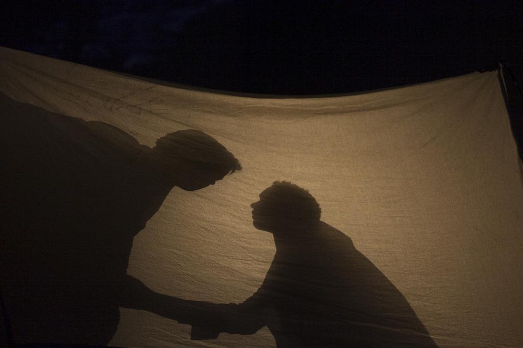 Schattenspiele in der Oper Brokeback Mountain, Madrid Spanien (AP Photo/Gabriel Pecot)