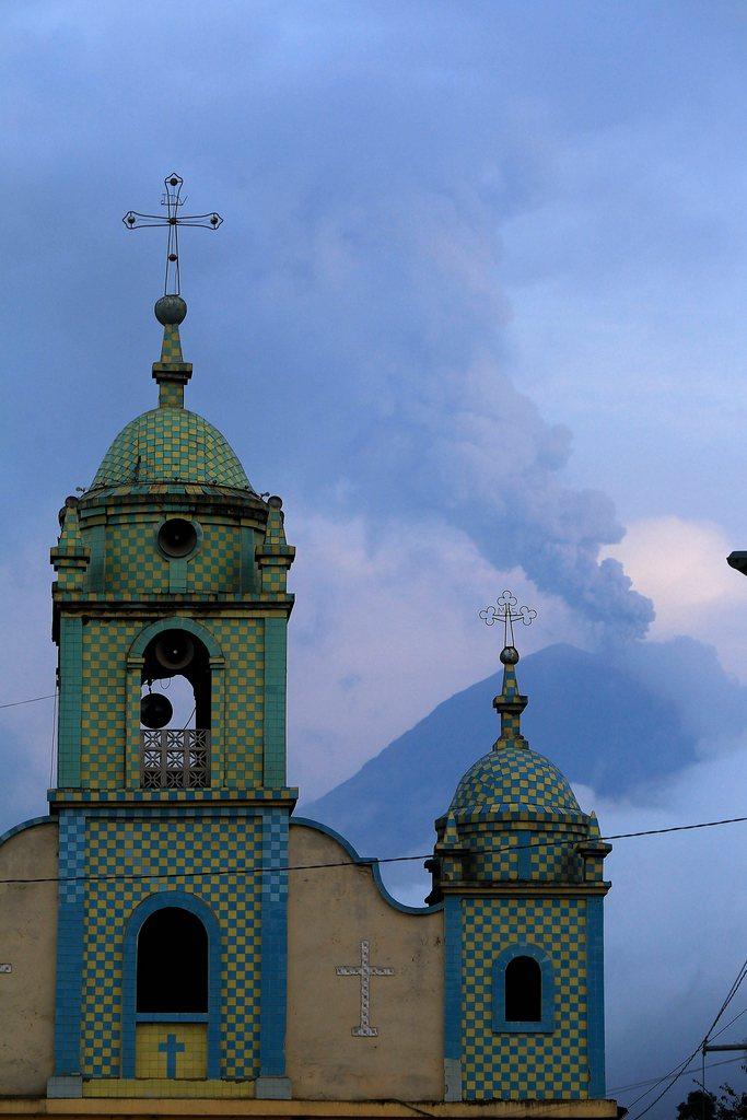 Vulkan und Kirche in Ecuador EPA/Jose Jacome