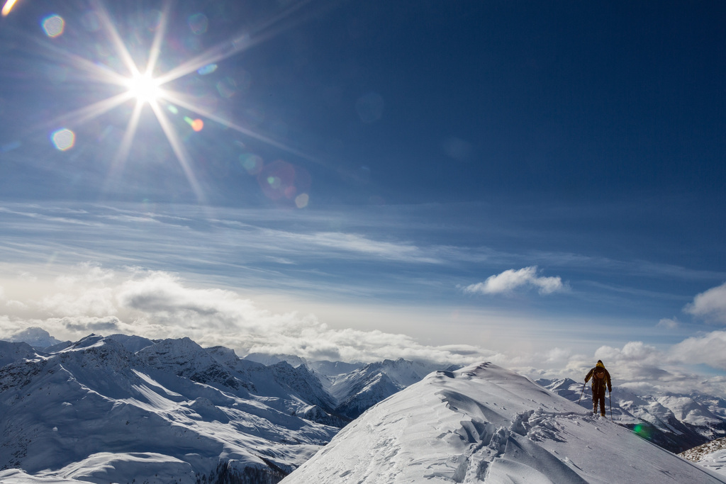 Skitourengänger auf dem Südostgrat des Sapuenerstelli oberhalb Langwies im bündnerischen Schanfigg (KEYSTONE/Arno Balzarini)