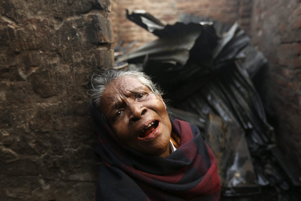 Eine Frau vor ihrem abgebrannten Haus, Dhaka, Bangladesh  EPA/ABIR ABDULLAH
