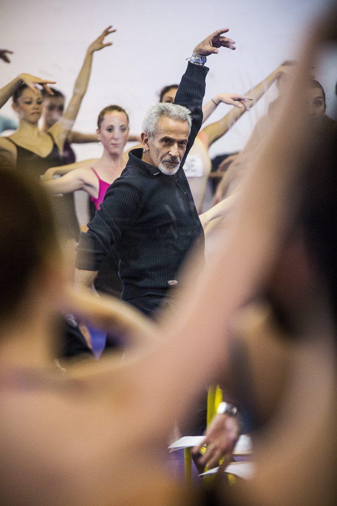 Victor Ullate beim Choreographieren in Paris, Frankreich (Keystone/EPA/Etienne Laurent)