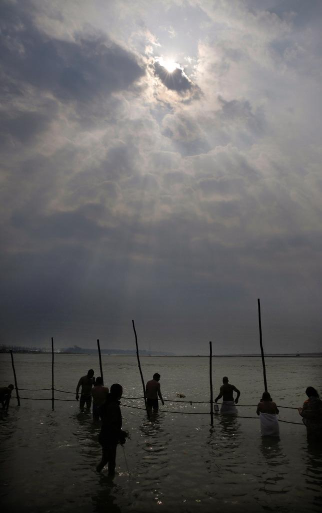 Gläubige am Ganges in Allahabad, Indien (Keystone/AP Photo/Rajesh Kumar Singh)
