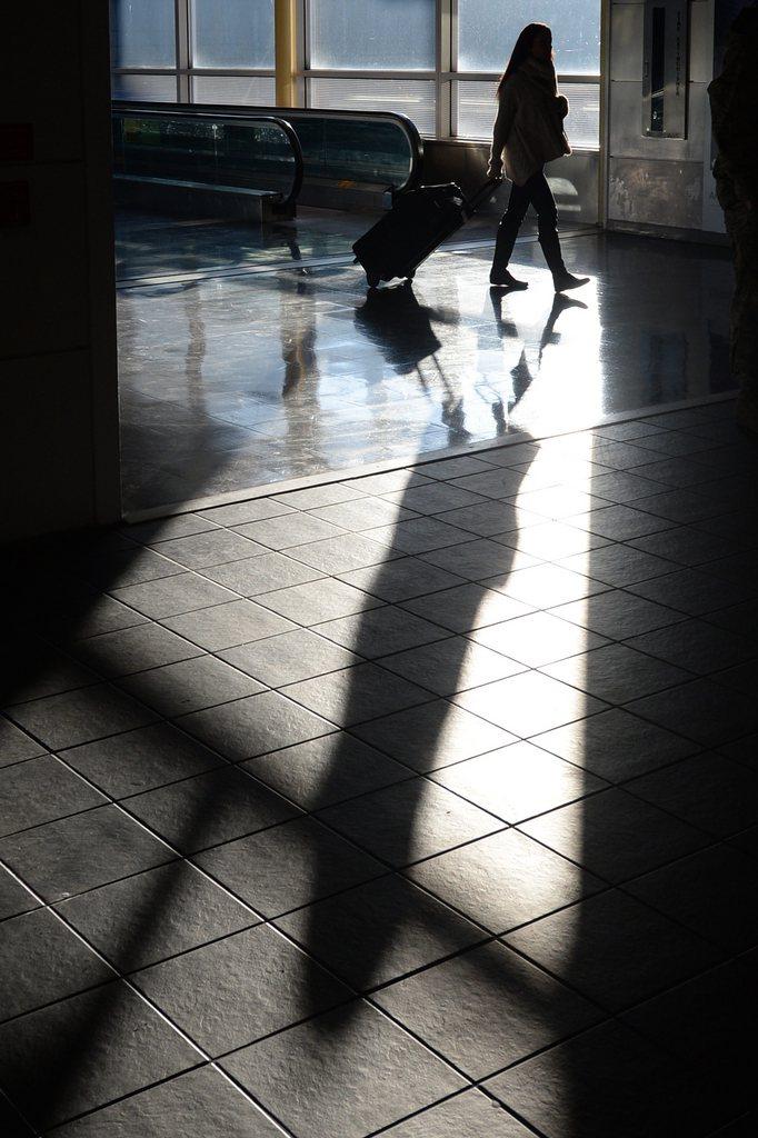 Reisende am Reagan National Airport in Arlington, USA (Keystone/EPA/Michael Reynolds)
