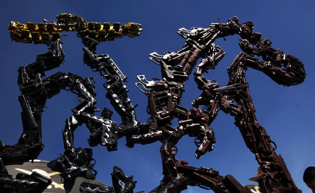Skulptur aus Waffenteilen, Mexiko-Stadt (AP Photo/Marco Ugarte)