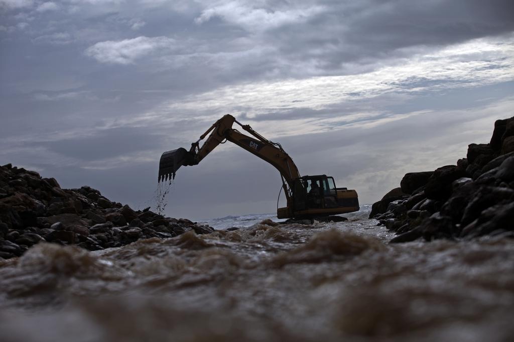 Bagger in einer Flussmündung, Portugal  (AP Photo/Francisco Seco)