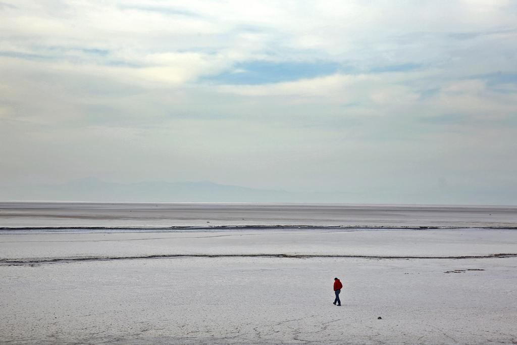 Spaziergang am Ufer des Oroumieh See im Iran (Keystone/AP Photo/Ebrahim Noroozi)