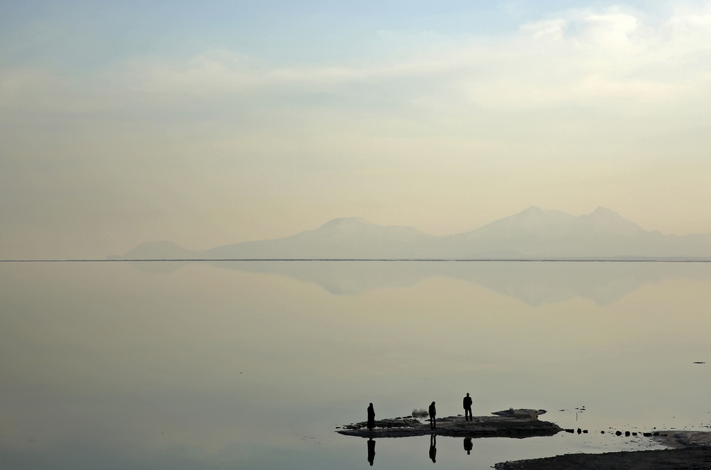 Besucher am Oroumieh-See im Iran (Keystone/AP Photo/Ebrahim Noroozi)