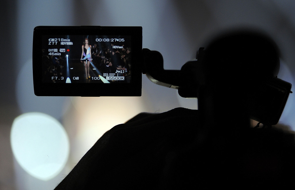 Modenschau aus einer anderen Perspektive in Mailand, Italien (Keystone/AP Photo/Giuseppe Aresu)
