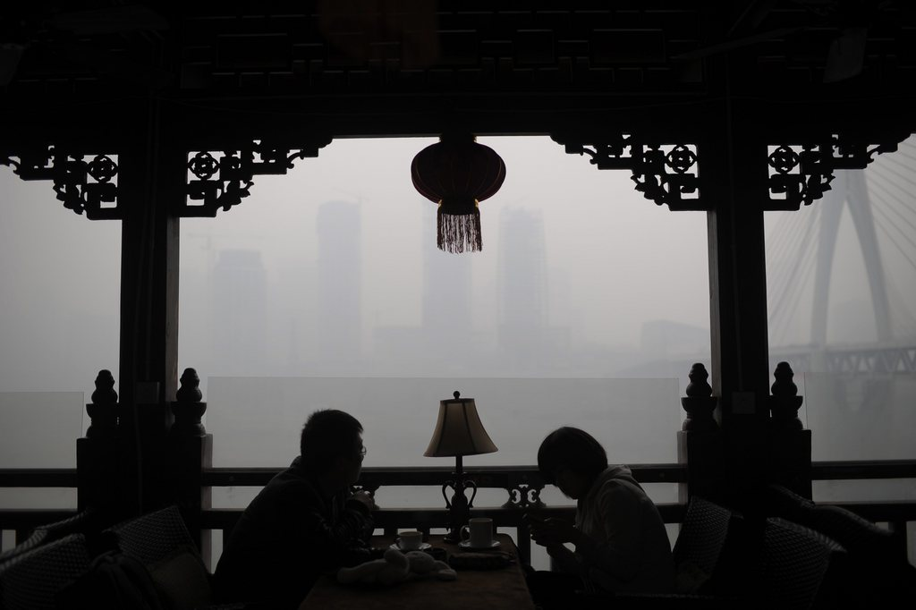 Grauer Smog: Teehaus in Chongqing, China EPA/RAN WEN