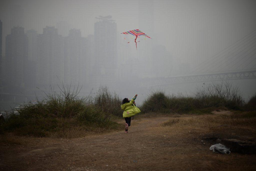 Drachensteigen im grauen Smog von Chongqing, China EPA/RAN WEN