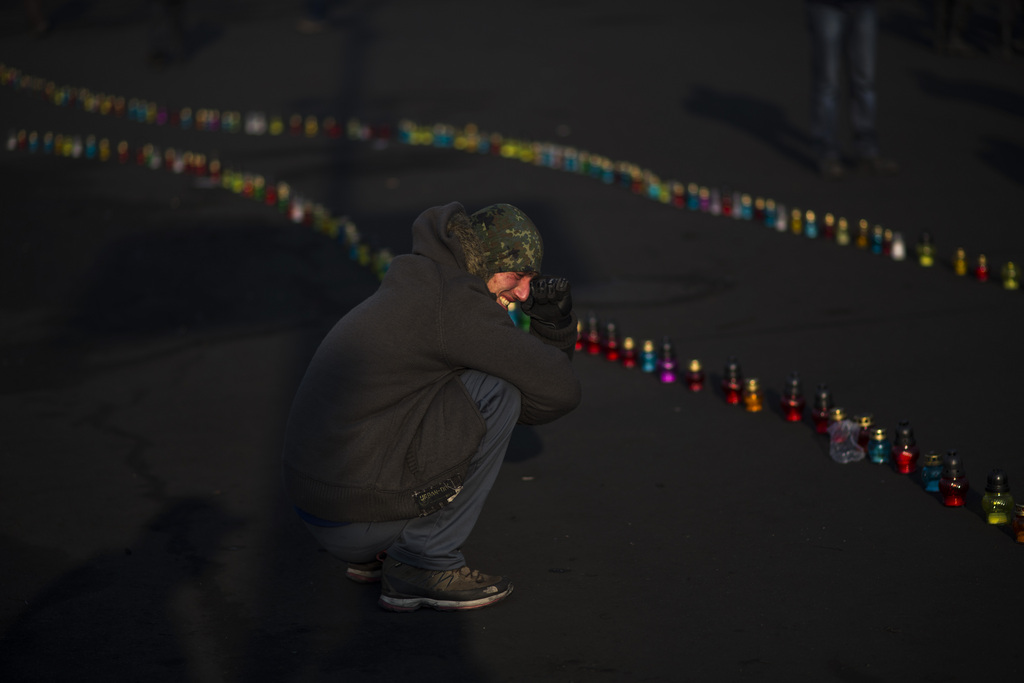 Kiew: Trauer um die Opfer der Gewalt (AP Photo/Emilio Morenatti)