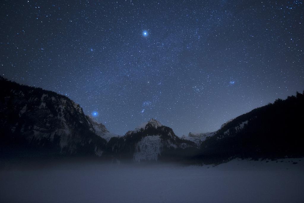 Sternenhimmel ueber dem verschneiten Voralpsee, Grabs CH (KEYSTONE/Gian Ehrenzeller)