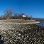 Panoramabild aus zwei Einzelfotos der trockengefallenen Elbe zwischen Dresden und Pillnitz D EPA/ARNO BURGI