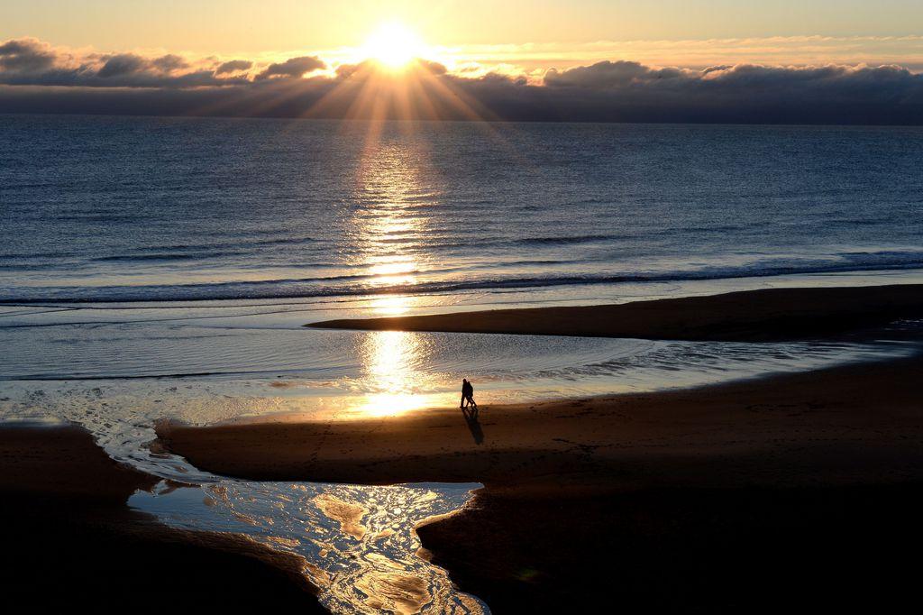 Meerespanorama am frühen Morgen, Tynemouth an der Nordostküste Englands (AP Photo/Owen Humphreys, PA)