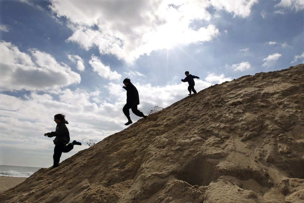 Kinderspiele in den Dünen, Asbury Park, N.J. USA (AP Photo/Mel Evans)