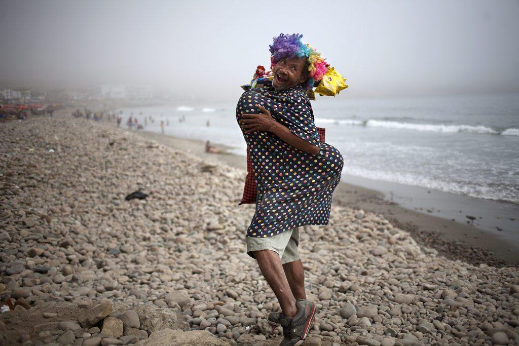 Kostümierter Straßenhändler am Strand von Lima, Peru (AP Photo/Rodrigo Abd)