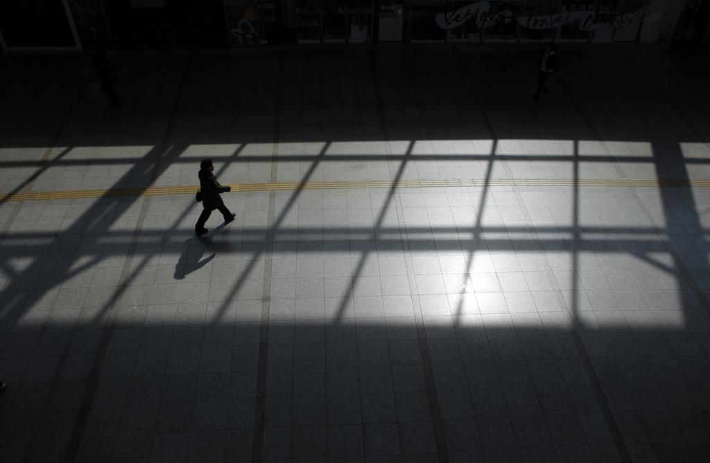 Licht und Schatten am Bahnhof von Seoul, Südkorea (AP Photo/Lee Jin-man)