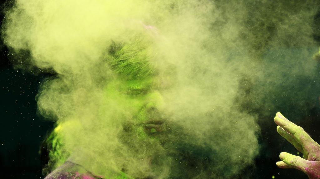 Farbspektaktel beim Holi-Farbenfestival, Mumbai Indien (AP Photo/ Rafiq Maqbool)