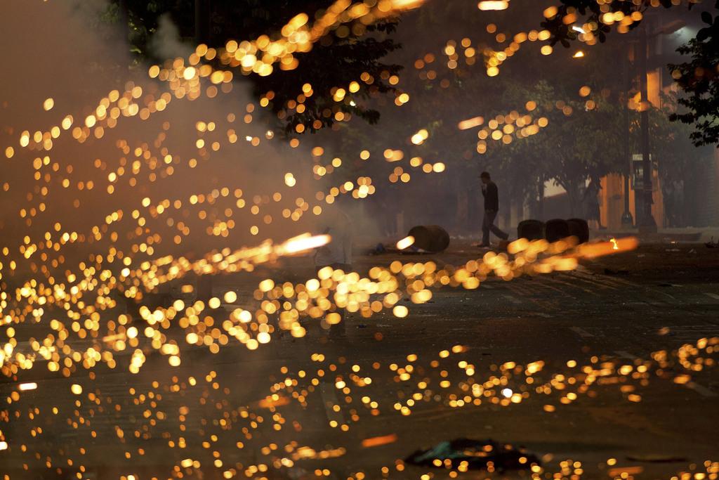 Feuerwerkskörper bei Unruhen in Venzezuelas Hauptstad Caracas  (AP Photo/Esteban Felix)