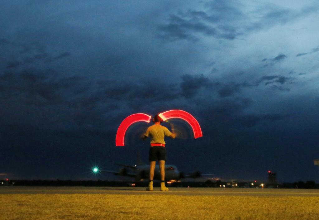 Bodenkontrolle auf einem Militärflughafen in Perth, Australien (AP Photo/Jason Reed, Pool)