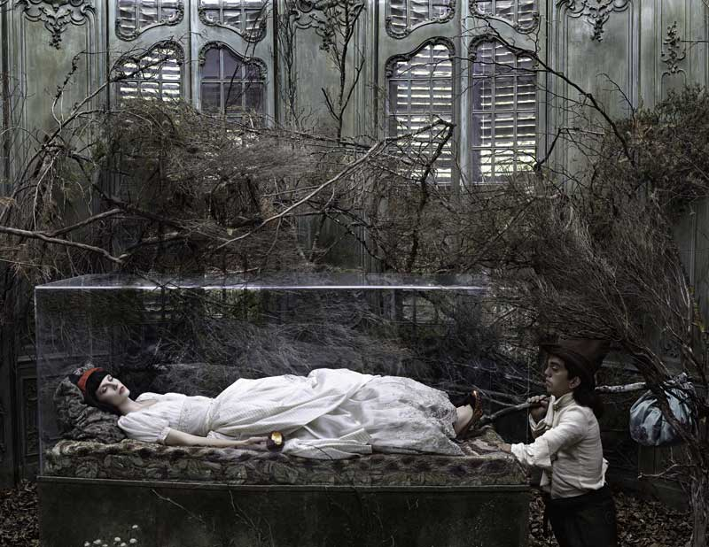 Eugenio Recuenco: Blancanieves, 2005, 120 x 155 cm, Archival Pigment Print. Mounted on Aluminium, aus REVUE, erschienen bei teNeues © 2013 Eugenio Recuenco. All rights reserved