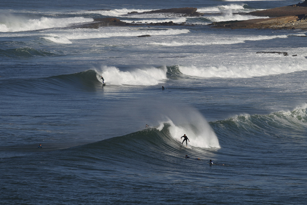 Surfen an der Küste vor Ericeira, Portugal (AP Photo/Francisco Seco)