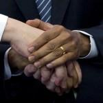 Symbolischer Handschlag in Brüssel, Belgien (Keystone/AP Photo/Virginia Mayo)