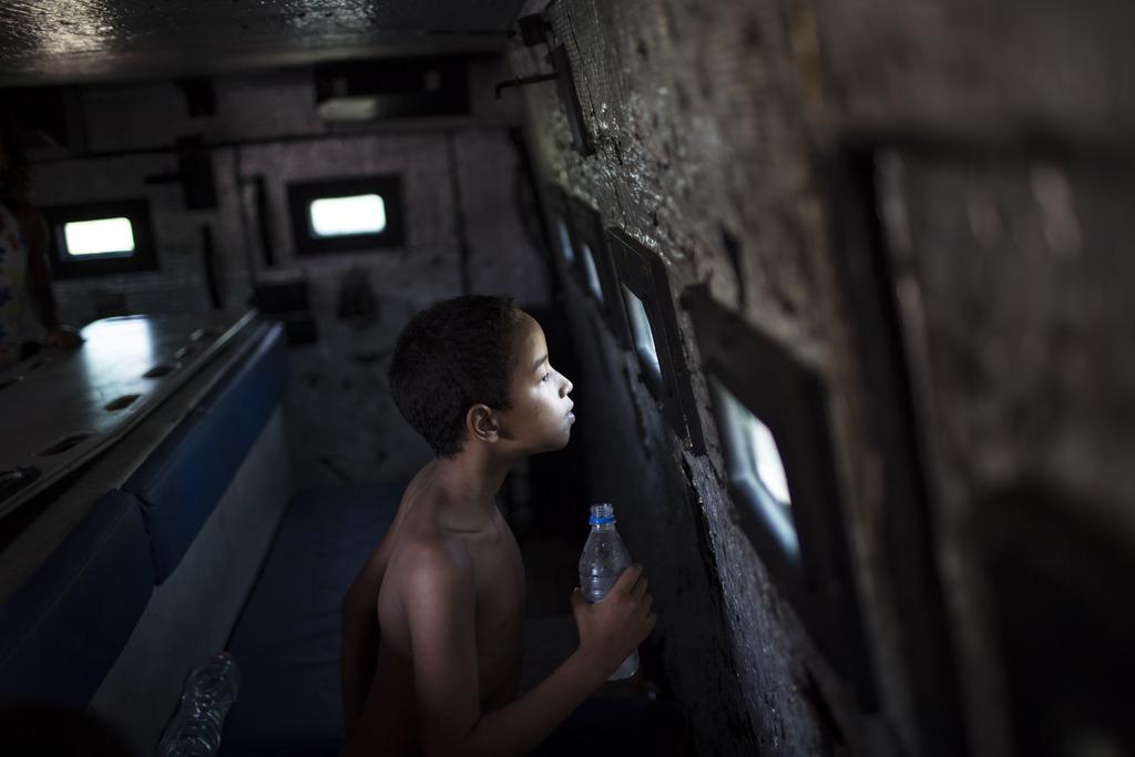 Junge in einem Polizeiwagen, Rio de Janeiro, Brasilien (AP Photo/Felipe Dana)