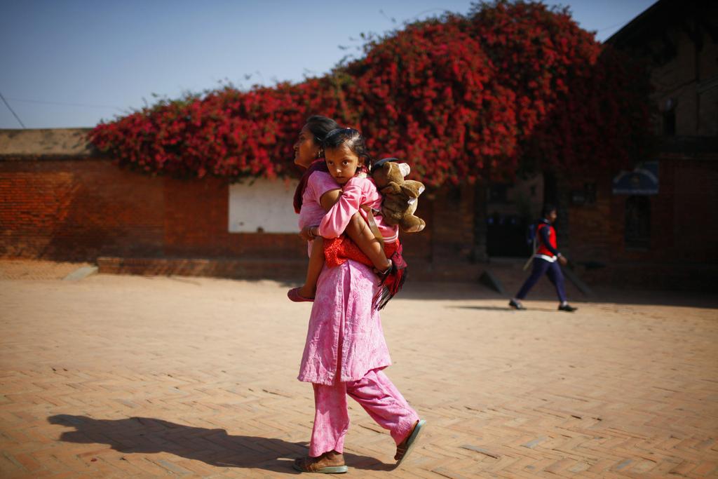 Kinder in Nepal: schulweg, Bhaktapur (AP Photo/Niranjan Shrestha)
