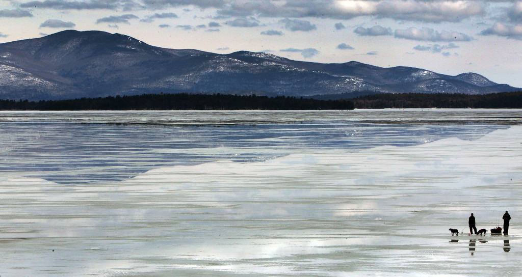 Eisfischer am Winnipesaukee-See in Gilford, N.H, am Ende des Winters (AP Photo/Jim Cole)