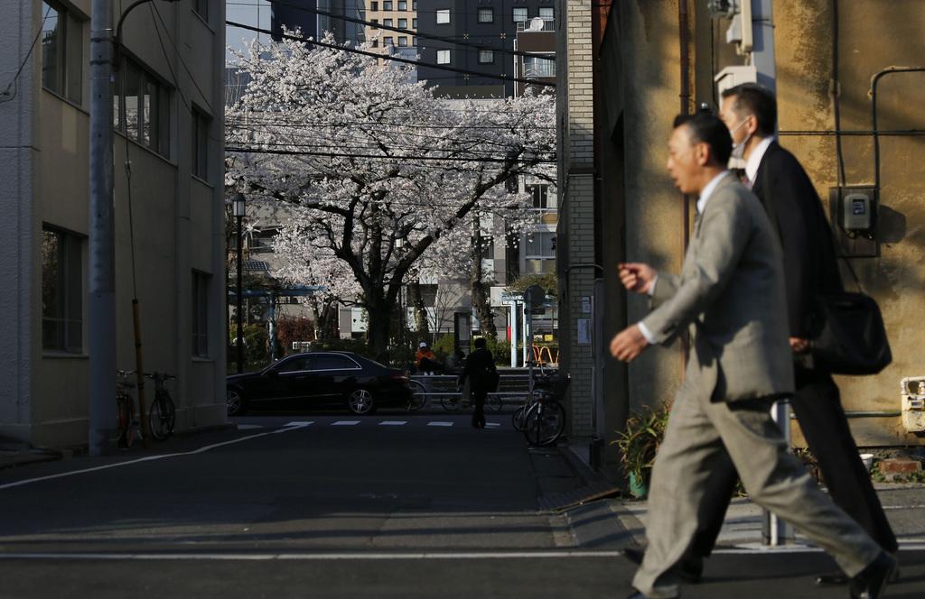 Kirschblüte in einem Geschäftsviertel von Tokio, Japan  (AP Photo/Shuji Kajiyama)