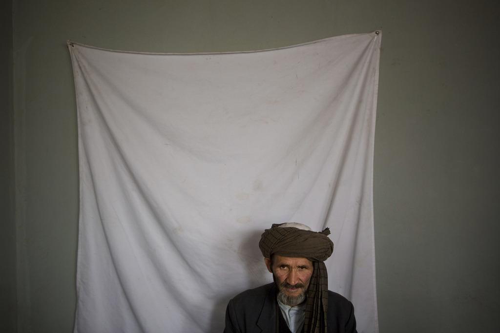 Mann beim Foto für die Wählerregistrierung, Kabul, Afghanistan (AP Photo/Anja Niedringhaus)