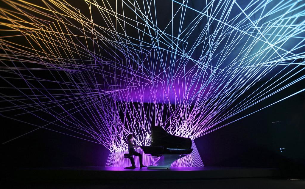 Lightshow bei der Möbelmesse in Mailand, Italien  (AP Photo/Antonio Calanni)