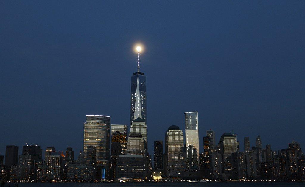 Der fast volle Mond über Manhattan, New York, USA, EPA/GARY HERSHORN/INSIDER IMAGES