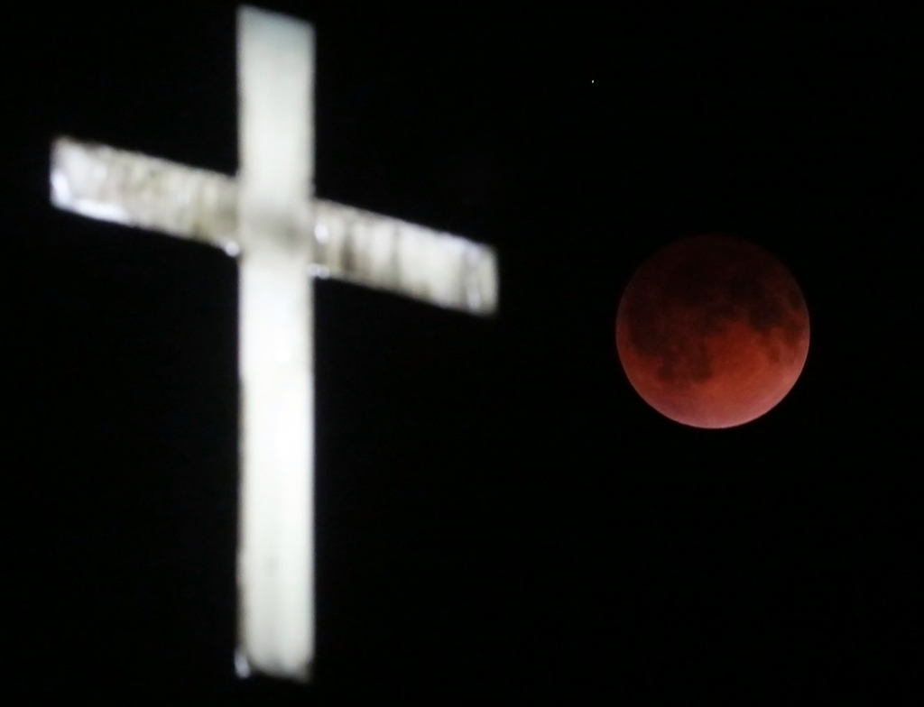 Mondfinsternis mit Kreuz, Ashippun, Wisconsin, USA  (AP Photo/Wisconsin State Journal, John Hart)