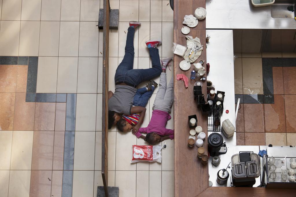 Pulitzer-Preis: Foto aus dem preisgekrönten Portfolio des Fotografen Tyler Hicks: Menschen verstecken sich in dem Einkaufszentrum in Nairobi, Kenia das von Bewaffneten überfallen wurde (AP Photo/The New York Times, Tyler Hicks)