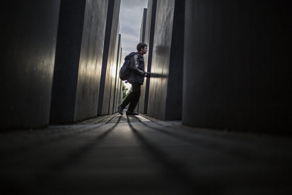 Tourist im Holocaust-Denkmal in Berlin, Deutschland (Keystone/EPA/Ali Ali)