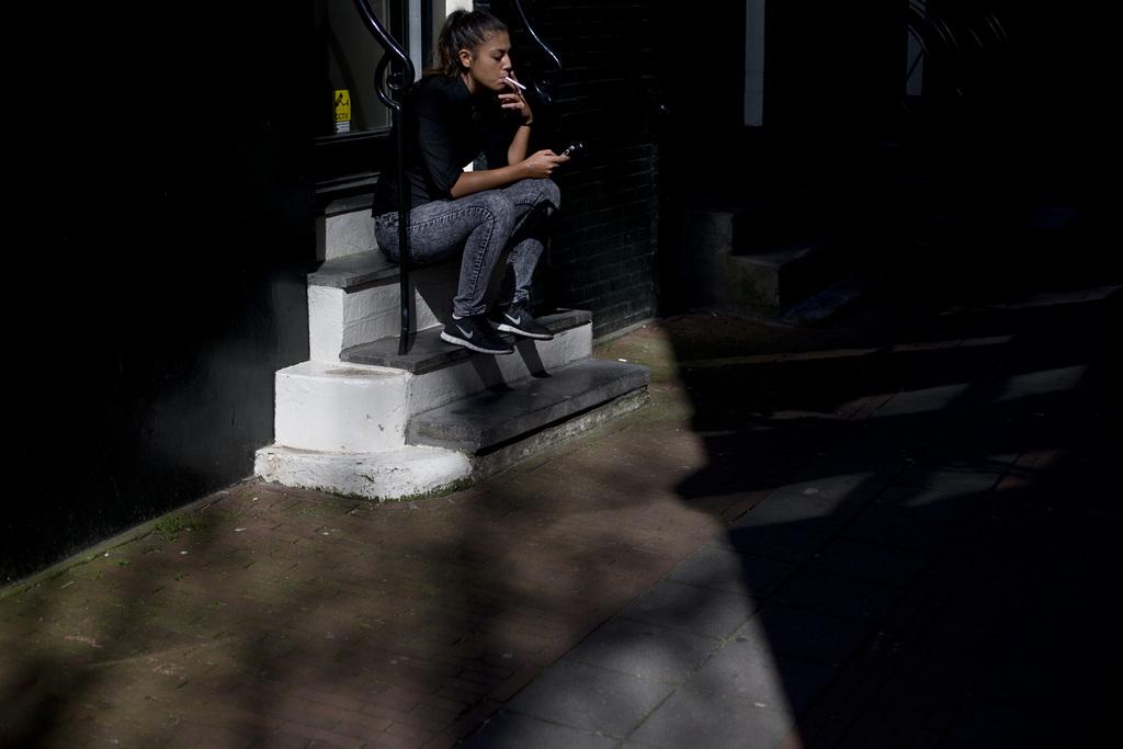 Zigarettenpause in Amsterdam, Niederlande (Keystone/AP Photo/Peter Dejong)