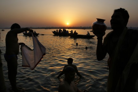 Gläubige im Ganges in Varanasi, Indien (Keystone/AP Photo/Manish Swarup)