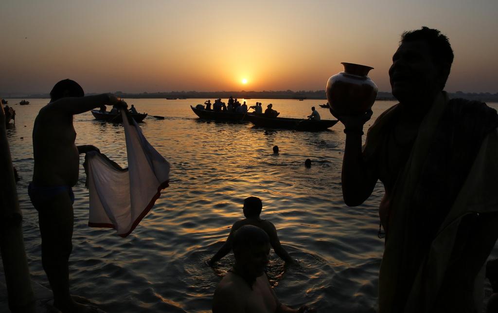 Gläubige im Ganges in Varanasi, Indien (Keystone/AP Photo/Manish Swarup)