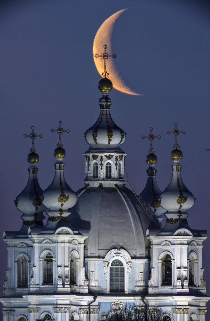 Mond über St. Petersburg, Russland (Keystone/AP Photo/Dimitry Lovetsky)