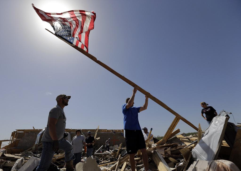 Nach dem Tornado wird die amerikanische Flagge wieder aufgerichtet, Vilonia, Ark. USA, AP Photo/Eric Gay