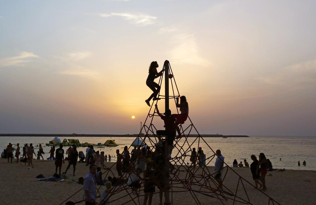Abendliches Strandleben in Dubai, Vereinige Arabische Emirate (AP Photo/Kamran Jebreili)
