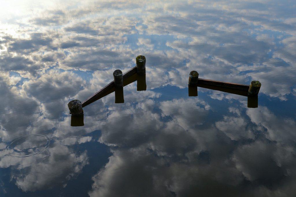 Morgenhimmel spiegelt sich im See, Groß Schauen nahe Storkow, D EPA/PATRICK PLEUL