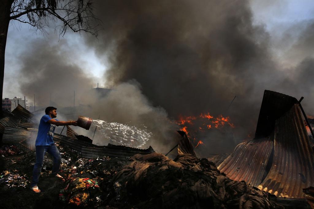 Löscharbeiten in Neu Delhi, Indien (AP Photo /Manish Swarup)