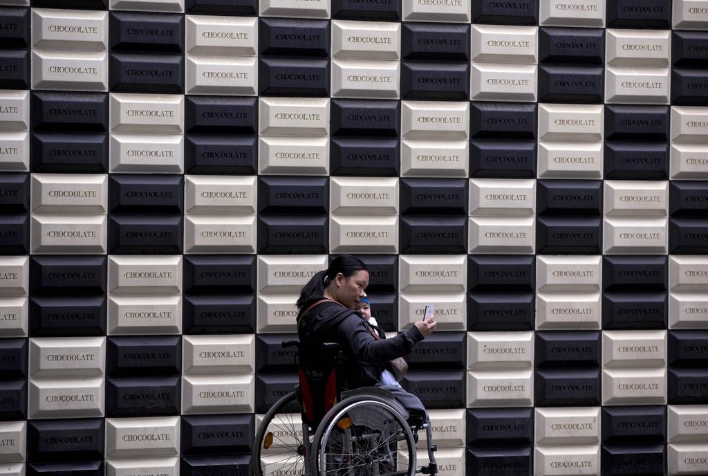 Rollstuhlfahrerin in Beijing, China  (AP Photo/Andy Wong)