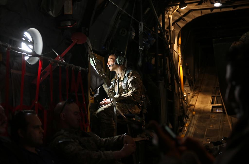 Ein amerikanischer Soldat blickt aus dem Flugzeugfenster, Nordost-Afghanistan (AP Photo/Massoud Hossaini)
