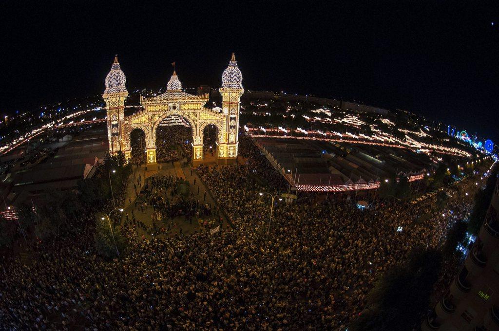 Sevilla, Spanien: 200 000 Lichter illuminieren den Eingang zu einer großen Frühjahrsmesse, EPA/RAUL CARO
