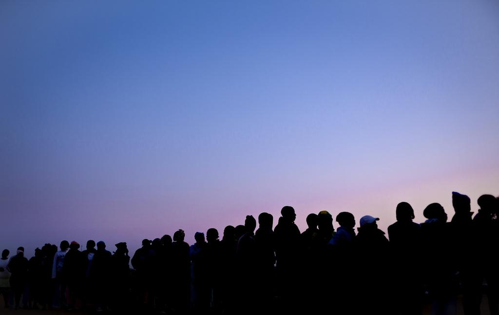 Warten vor den Wahllokalen in Bekkersdal, Südafrika (Keystone/AP Photo/Ben Curtis)