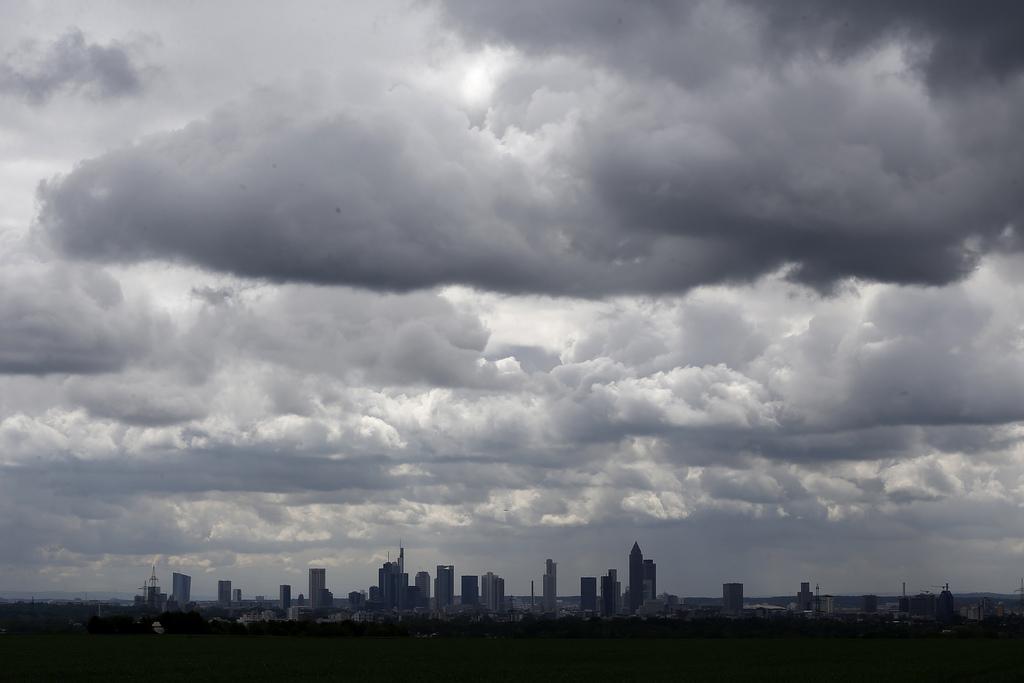 Dunkle Wolken über der Skyline von Frankfurt/Main D,  (AP Photo/Michael Probst)
